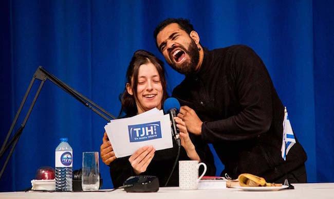 Uns scène de The Jewish Hour, avec Stéphanie Aflalo et Gaël Sall. © Jeremie Bernaert